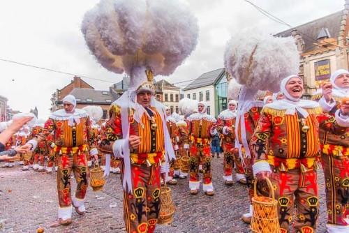 Les Gilles au carnaval de Binche