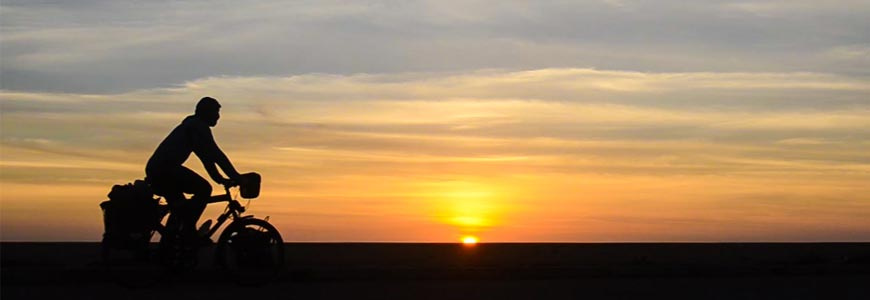 Cycliste et coucher de soleil